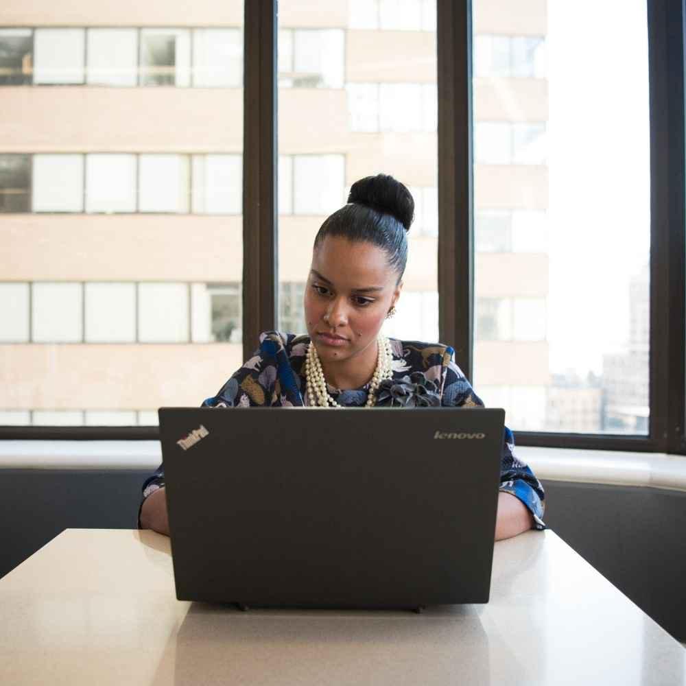 Frau am Lenovo Laptop